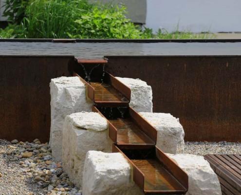 Metall-im-Garten-Wasserlauf