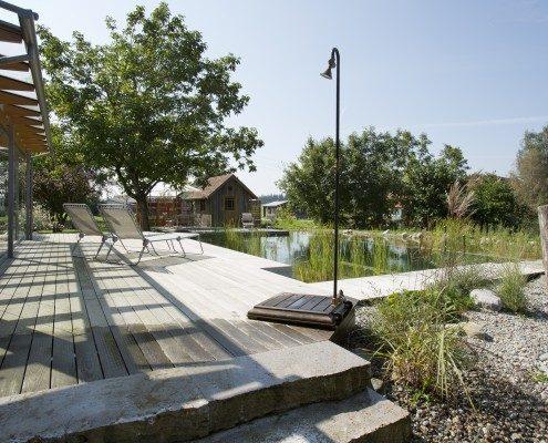 Holzterrasse & Badeteich